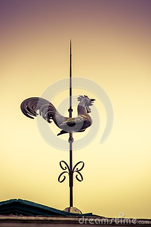 Free QUITO, ECUADOR NOVEMBER, 28, 2017: Outdoor View Of A Metallic Old Structure Of A Rooster In The Top Of A Building Royalty Free Stock Images - 105553609