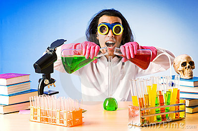 Químico que experimenta con las soluciones