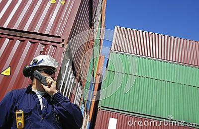 Récipients d expédition et ouvrier de dock
