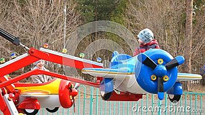 Région de Chelyabinsk, Chelyabinsk/Russie - 04 25 2019 : Avions - attraction de divertissement en parc d'attractions banque de vidéos