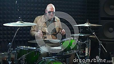 Répétition de bande de musique rock batteur derrière l'ensemble de tambour banque de vidéos