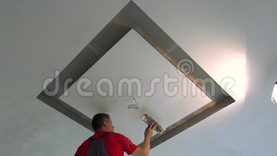 Réparateur réparateur de plafond avec spatule et remplissage banque de vidéos