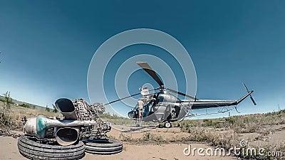 Réparation de Timelapse d'hélicoptère d'agriculture Les ingénieurs sont changind le moteur banque de vidéos