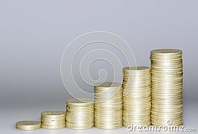 Réussite de Finantial. Piles des pièces de monnaie