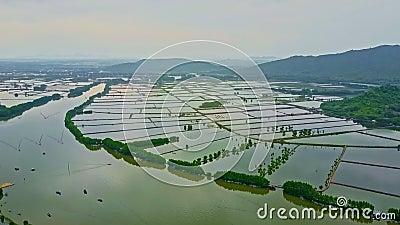 Río ancho de la visión aérea debajo de la inundación contra las montañas