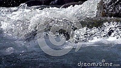 Río de la montaña que rabia metrajes