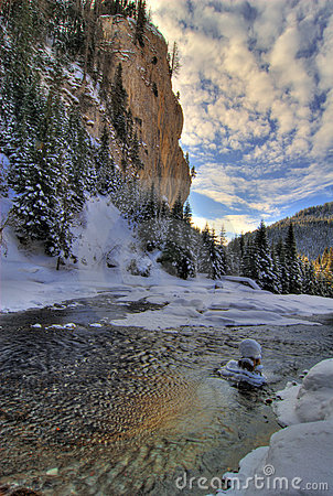 Río escénico en invierno