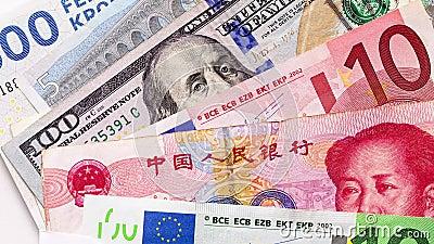 Różne banknoty, w tym euro, chiński juan i sto dolarów amerykańskich, zbliżenie, widok z góry Tło zdjęcie wideo