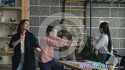 Różnorodna grupowa kobiety i samiec uruchomienia biznesu drużyna zabawa tana przyjęcia w nowożytnego biurowego miotania papierowy zbiory