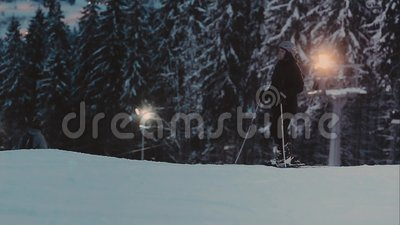 równo zaświecający narciarski ślad Narciarki i snowboarders zdjęcie wideo