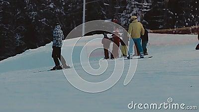 równo zaświecający narciarski ślad Narciarki i snowboarders zbiory