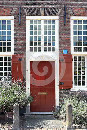 Röd antik dörr