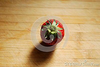 Jordgubbe på en skärbräda