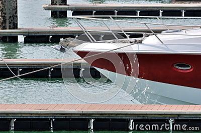 Röd yacht i hamn