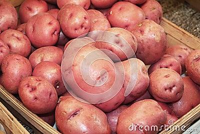 Röda potatisar på lagret