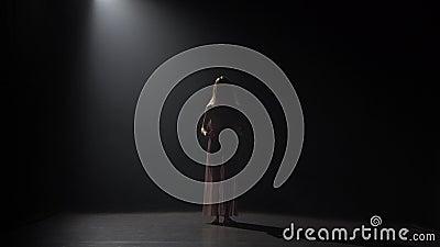 Rörelse av en skicklig jungfru- dansa samtida i mörk studio lager videofilmer