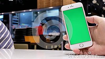 Rörelse av telefonen och knackning för skärm för maninnehavgräsplan på skärmen lager videofilmer