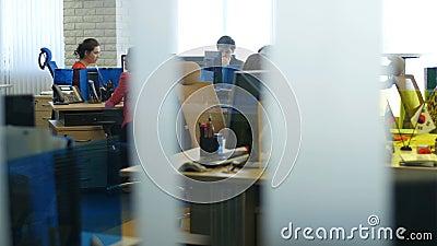 Rörelse längs Glass kontorsarbetare för rum konsulterar klienter