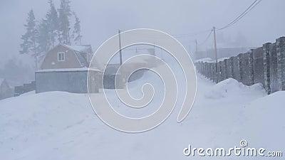 Rússia, em fevereiro de 2019: blizzard e grandes trações Estrada secundária de balanço vídeos de arquivo