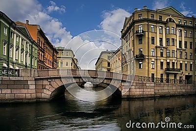 Rússia, St Petersburg, constrói uma ponte sobre perto de Neva