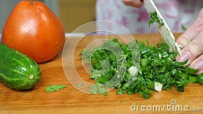 Ręczne cięcie zielonej pietruszki i cebuli przez nóż zdjęcie wideo