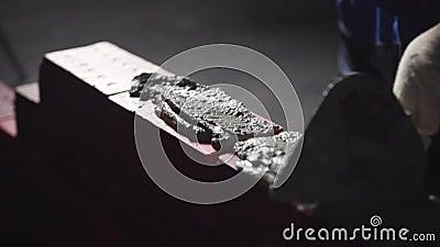 Ręki budowniczy stawiają cementowego moździerz zapas Ręka robi kamieniarstwu cegła w górę Czarny tło zbiory wideo