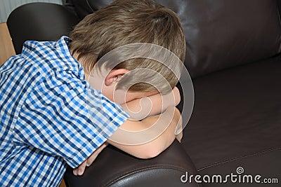 Ręki chłopiec puszka twarzy mała kanapa