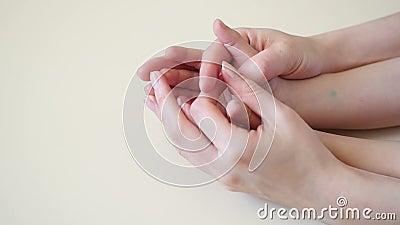 Ręki macierzysty chwyt dziecka ` s wręcza przy wolnym tempem Mama i dziecko jesteśmy szczęśliwym, motherly miłością, zbiory wideo