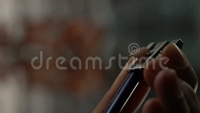 Ręki ostrzenia koloru ołówek, drewniany golenie stół, kryzys pomysły, tworzenie zbiory