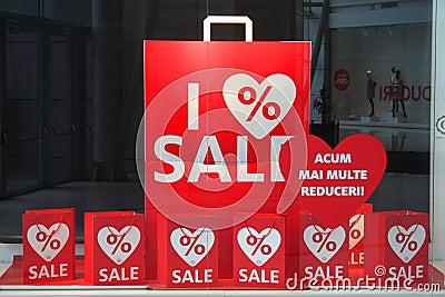 Rabatter som visas i shoppafönstret Redaktionell Bild
