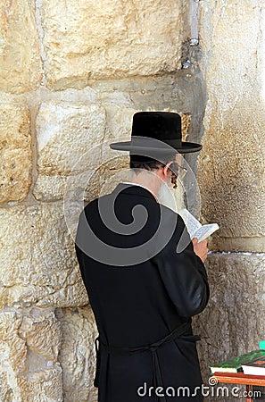 Rabino en la pared occidental, Jerusalén Imagen editorial