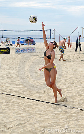 Rachel Johnston - female beach volleyball serve Editorial Stock Image