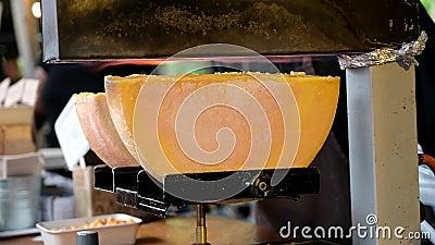 Raclette tradicional de queso en un puesto de comida callejera en el Borough Market, Londres almacen de metraje de vídeo