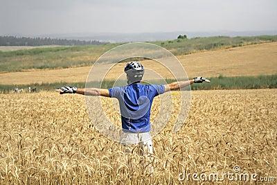 Radfahrer, der oben steht