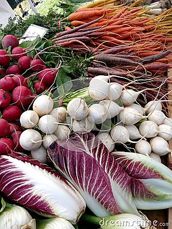 Radicchio y nabos del mercado de los granjeros