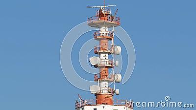 Radiotelecommunications-Antenne mit Verstärker und anderer Ausrüstung auf Hintergrund des blauen Himmels stock video