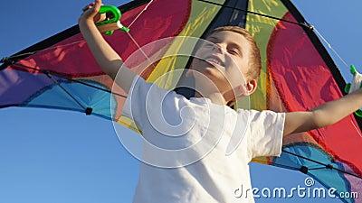 Radosna dzieciak chłopiec bawić się z jaskrawą zabawkarską kanią przeciw lata niebieskiego nieba tłu Dzieciństwo Fantazja, wyobra zdjęcie wideo