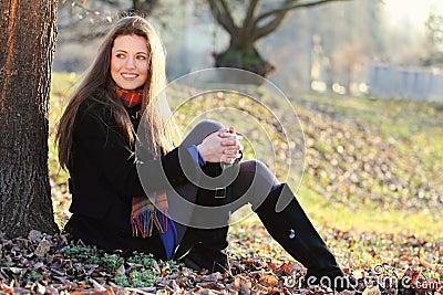 Radosna i uśmiechnięta dziewczyna przy parkiem
