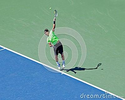 Rafael Nadal des coups de l Espagne servent pendant les USA ouverts. Photo stock éditorial