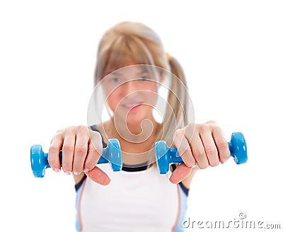 Ragazza adatta con i pesi