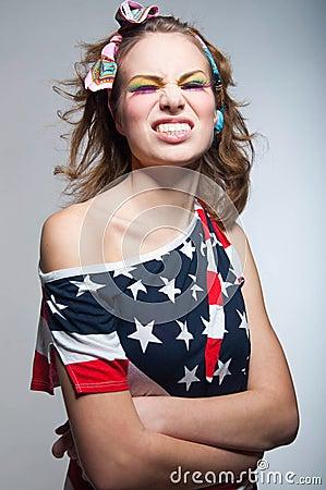 Ragazza americana sveglia con il sorriso a trentadue denti
