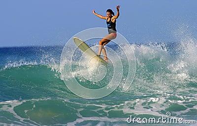 Ragazza Brooke Rudow del surfista in Hawai Fotografia Editoriale