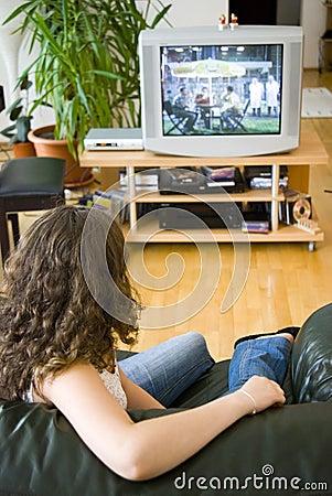 Ragazza che guarda TV