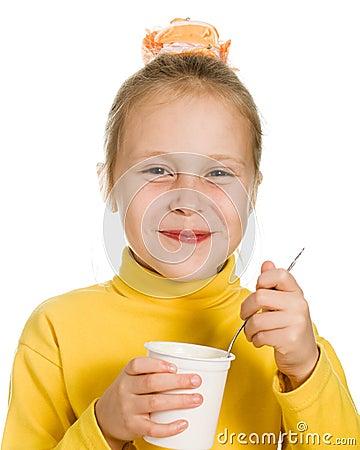 Ragazza che mangia yogurt