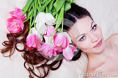 Ragazza con i fiori del tulipano