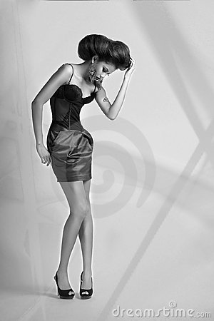 Ragazza in corsetto e pannello esterno di scarsità