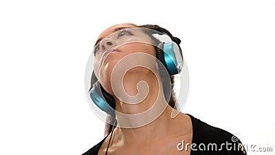 Ragazza d'ascolto di musica sopra fondo bianco video d archivio