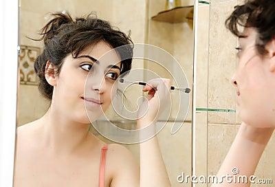 Ragazza davanti allo specchio della stanza da bagno - Ragazza davanti allo specchio ...