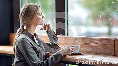 Ragazza depressa concentrata che guarda fuori dal bagnato finestrino piovoso mentre sta seduta al bar video d archivio