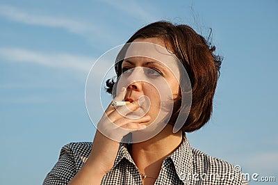 Ragazza di fumo